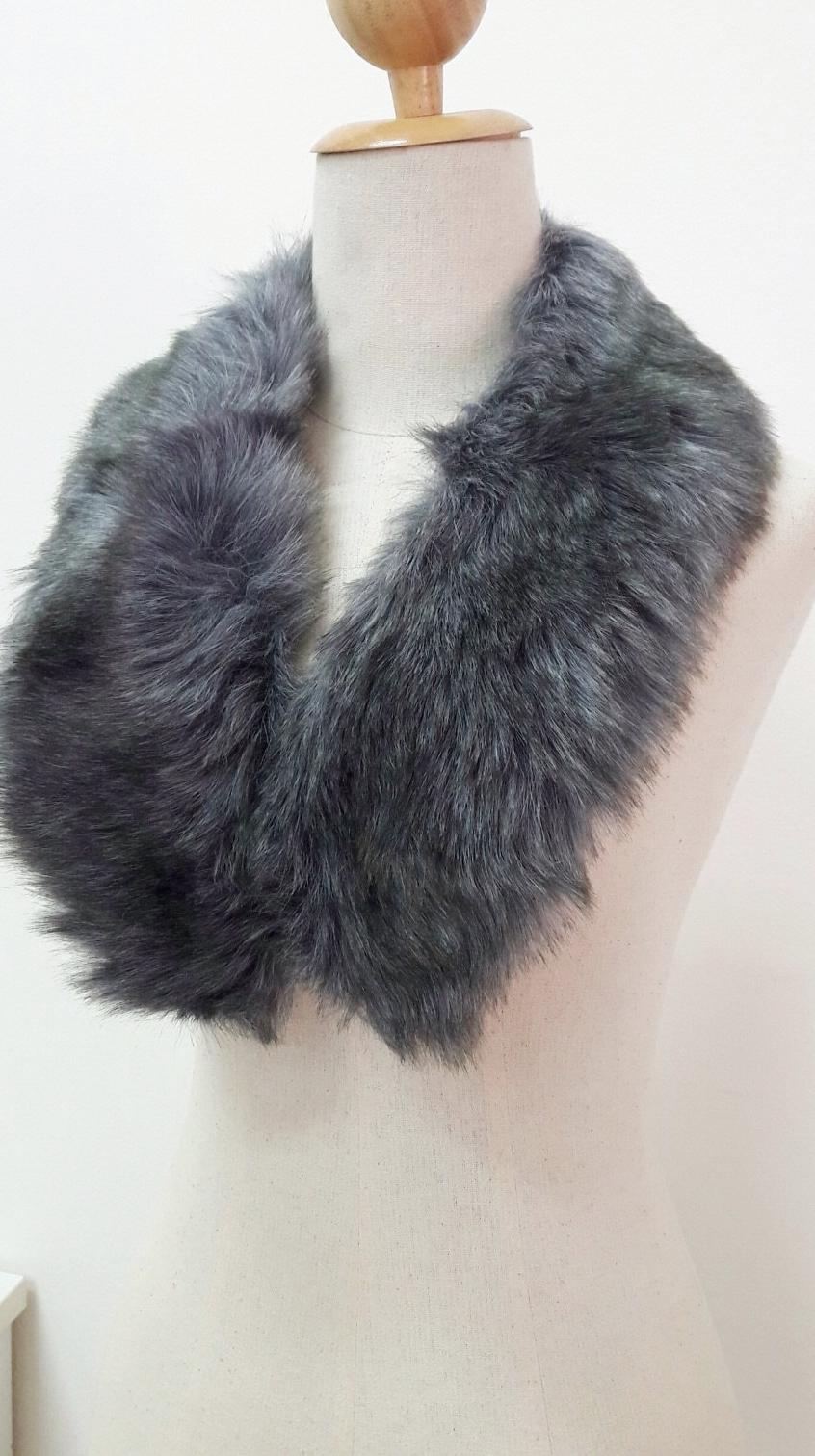 ขนเฟอร์ fur สีเทา ขนนุ่มลื่น ใช้ติดเสื้อหนาว หรือใช้พันคอเพิ่มความเก๋ มิกได้กับทุกชุด มาพร้อมกระดุมใส
