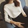 สีขาว: เสื้อแขนยาว ทรงสั้น คอปาด มีลายในตัว ผ้าไม่หนามากทิ้งตัว พร้อมส่ง