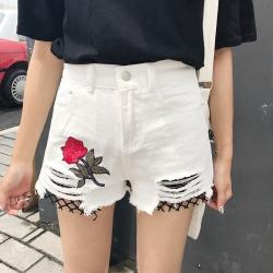 กางเกงยีนส์ขาสั้น สีขาว ปักลายดอกกุหลาบ แต่งชายกางเกงขาดเห็นต่าขายสีดำด้านใน