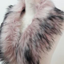 ขนเฟอร์ fur สีชมพูอ่อนแซมดำ ขนฟู ใช้ติดเสื้อหนาว หรือใช้พันคอเพิ่มความเก๋ มิกได้กับทุกชุด มาพร้อมกระดุมใส