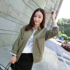 เสื้อคลุมสไตล์เกาหลี สีเขียวทหาร เข้มกว่ารูปนางแบบ มีภาพสินค้าจริงด้านใน ทรงสวย ไม่มีซับใน ใส่คลุมกำลังดี เท่ๆ