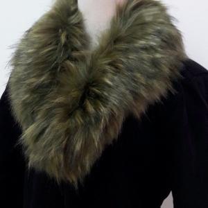 ขนเฟอร์ fur สีน้ำตาลอมเขียว ขนฟูนุ่ม ใช้ติดเสื้อหนาว หรือใช้พันคอเพิ่มความเก๋ มิกได้กับทุกชุด มาพร้อมกระดุมใส