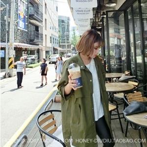 เสื้อคลุมสไตล์เกาหลี สีเขียวทหาร ทรงโคล่งสวย แต่งดีเทลด้านหลัง ผ้าเนื้อด้าน ไม่หนา ใส่คลุมกำลังดี เท่ๆ พร้อมส่งเลยจ้า