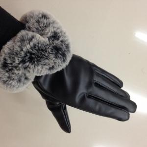 ถุงมือหนังแต่งขนเฟอร์ สีดำแซมเทา นุมนิ่มรอบข้อมือแบบไม่เรียบ ด้านในบุขนสั้นอุ่นนน ถ่ายจากสินค้าจริง
