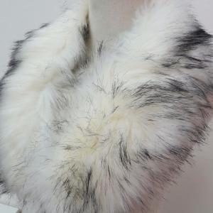 ขนเฟอร์ fur สีขาวปลายแซมดำ ขนฟูนุ่ม ใช้ติดเสื้อหนาว หรือใช้พันคอ เพิ่มความเก๋ มิกได้กับทุกชุด มาพร้อมกระดุมใส